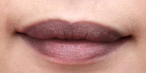 Son chứa chì gây thâm môi