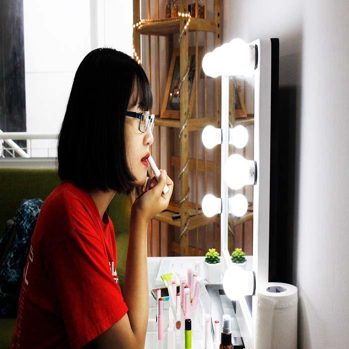 Khách hàng thử son màu GUO tại cửa hàng Bùi Thị Xuân