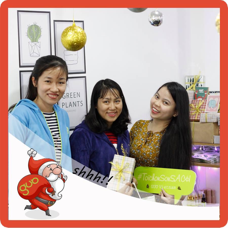 Chị Hoa và bạn tại cửa hàng GUO (Bùi Thị Xuân)