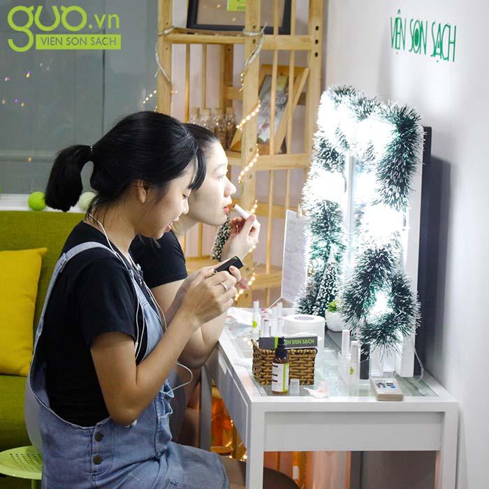 Chị Thảo tại cửa hàng GUO