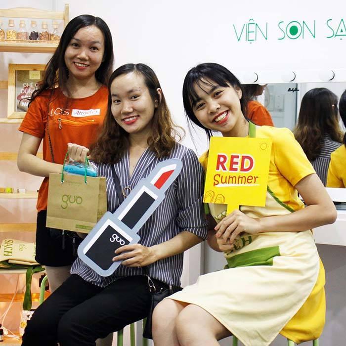 Chị Hiền cùng bạn tại Cửa hàng GUO - Viện Son Sạch