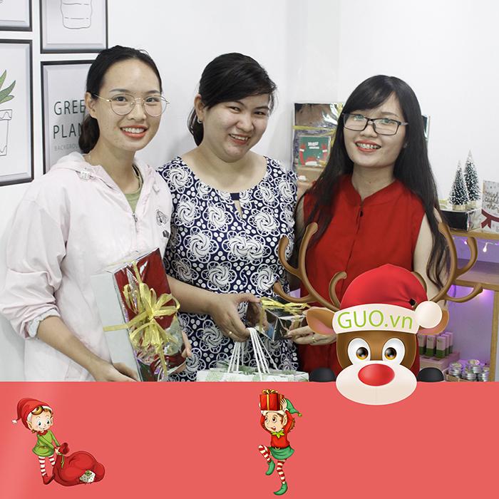 Chị Hiền cùng mẹ ghé thử son sạch GUO tại cửa hàng