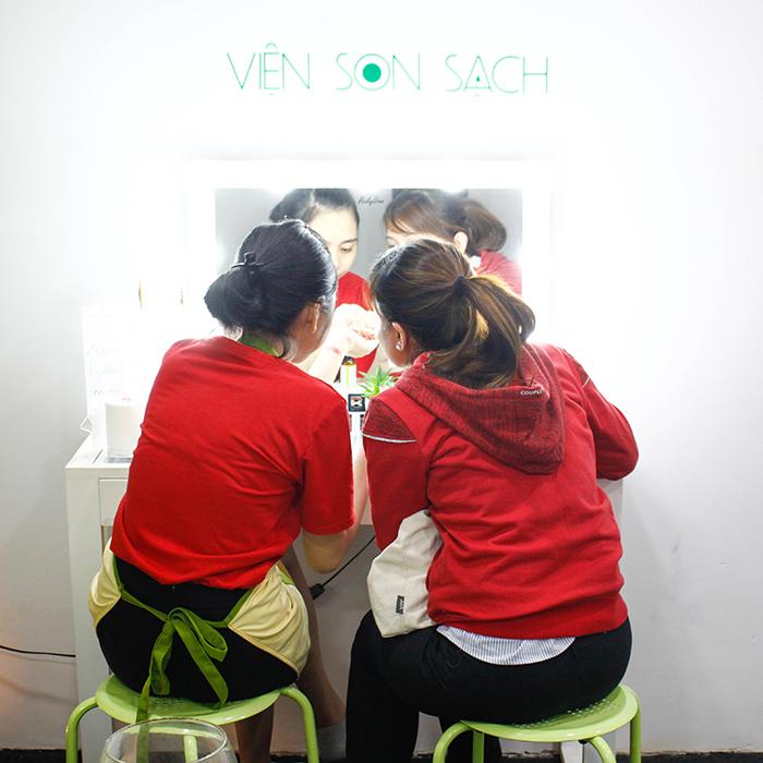 Chị Thảo được tư vấn các màu son sạch tại cửa hàng GUO - Viện Son Sạch